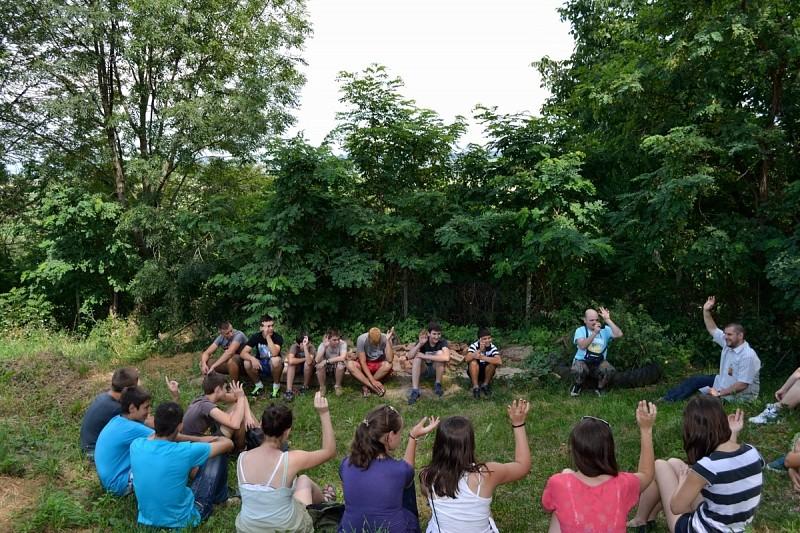 Énekszóval, játékkal, barátsággal halászó fiatalok