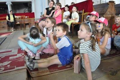 Évről évre nő a sepsiszentgyörgyi belvárosi református egyházközség által szervezett vakációs bibliahéten résztvevő gyermekek száma.