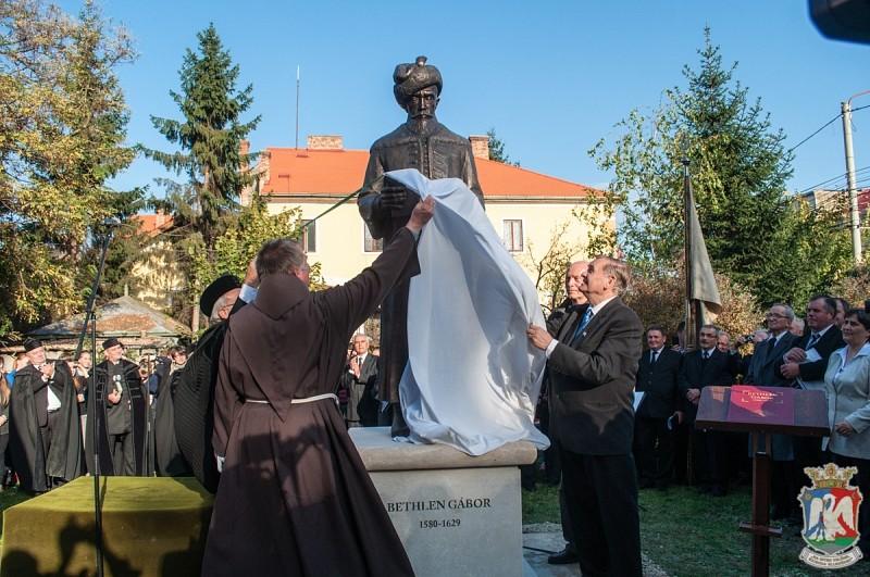 Bethlen Gábor egészalakos szobrát avatták fel Kolozsváron