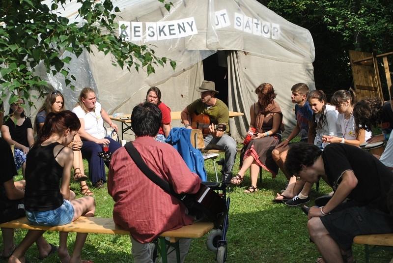 Az EMI tábor Keskeny útja