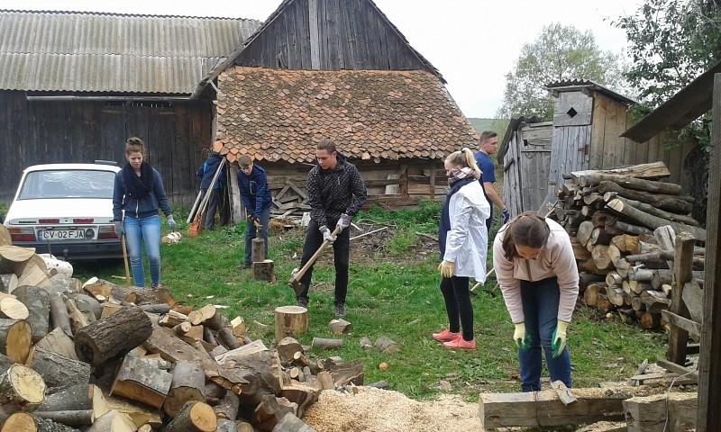 Udvarszépítő önkéntes munkát végeztek bázeli fiatalok
