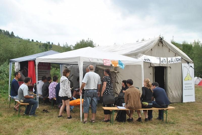 Tíz éve vezetjük a Keskeny útra az EMI táborozókat