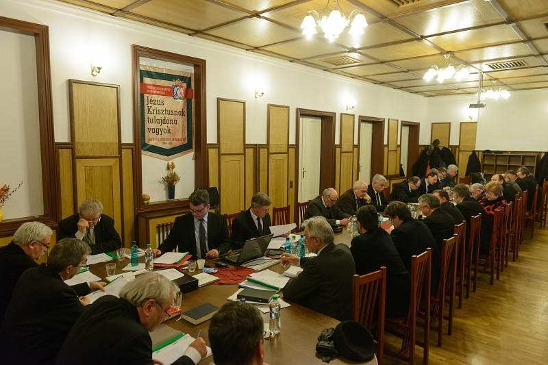 A lelkipásztorok és teológusok helyzetét tisztázták az idei első zsinati ülésen