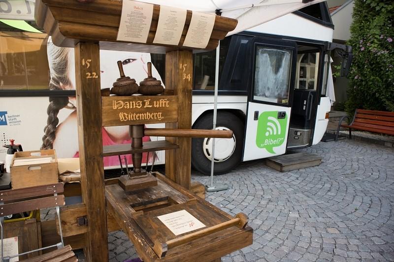 Mozgó Biblia a buszon