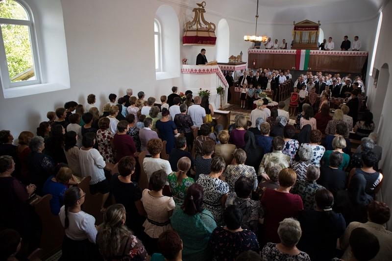 Bárhol felragyoghat a csoda lehetősége – megújult a magyarbecei templom